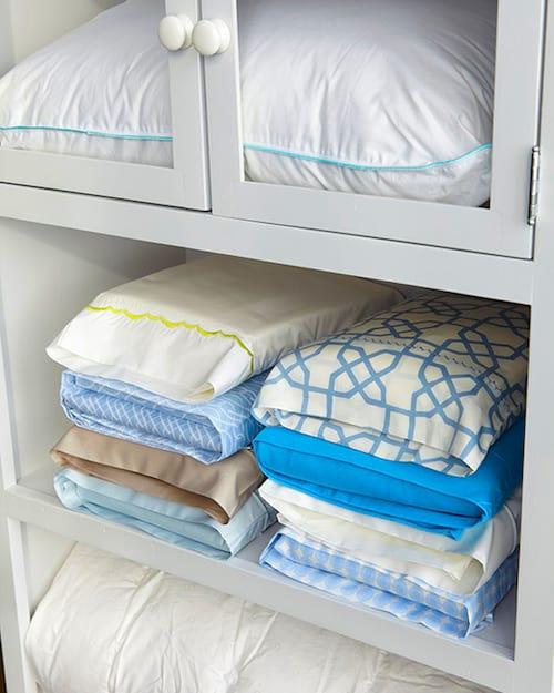 L'astuce de grand-mère pour bien ranger une parure de lit est de la mettre dans une des taies d'oreiller.