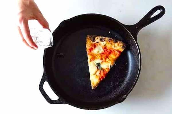 L'astuce de grand-mère pour réchauffer une pizza et la garder croustillante est d'utiliser une poêle en fonte.