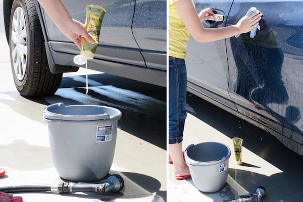 Lavage de la voiture avec de l'après-shampoing pour qu'elle brille