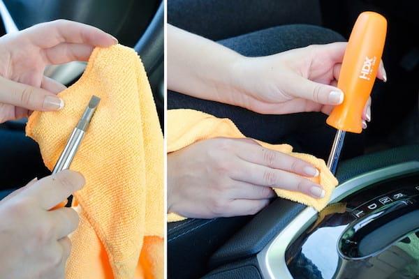 Nettoyage des recoins avec un tournevis et un chiffon microfibre