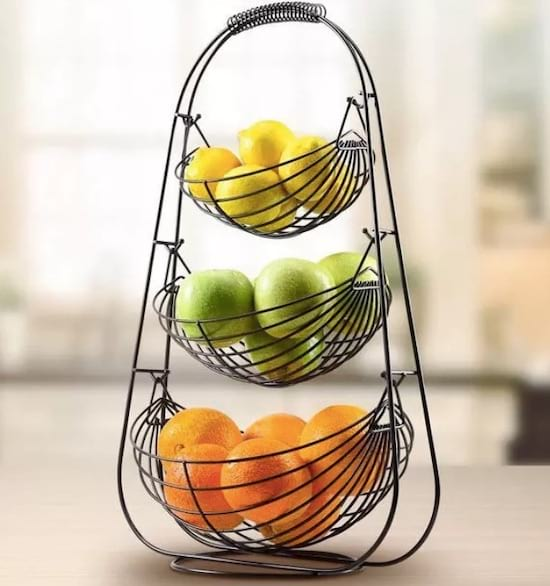 Une corbeille à fruits métallique à trois niveaux