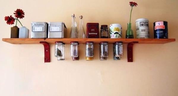 Astuce pour gagner de la place en accrochant des bocaux en verre sous une étagère