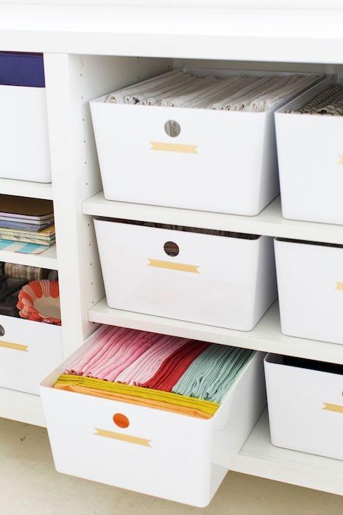 Astuce avec des boîtes de rangement dans les armoires