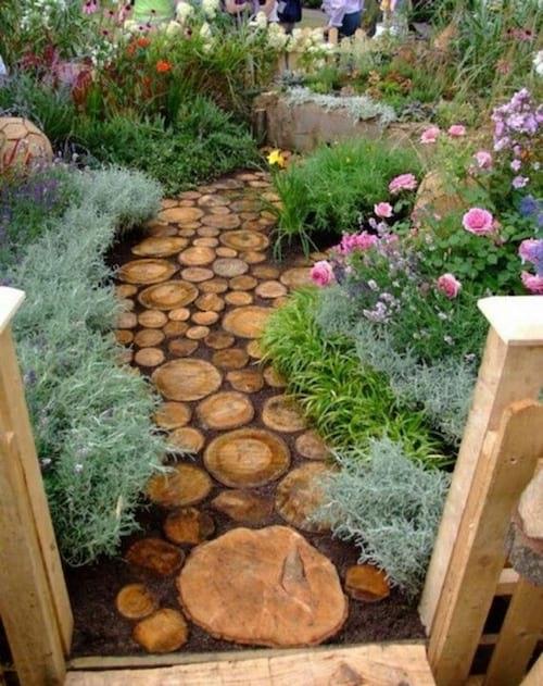 Une allée de jardin faite avec des rondins de bois