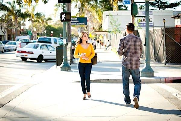 Comment faire pour éviter une bousculade avec quelqu'un que vous croisez sur un trottoir ? Voici l'astuce qui marche sur tout le monde !
