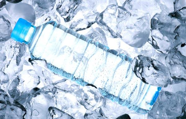 Vous avez trop chaud ? Utilisez des bouteilles d'eau congelées pour mieux dormir la nuit.