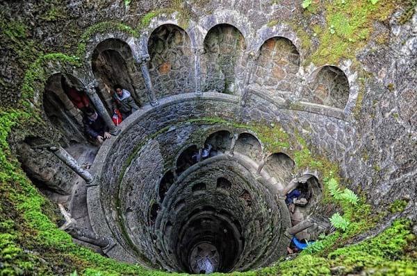 Puits mystérieux dans le palais de la Regaleira au Portugal