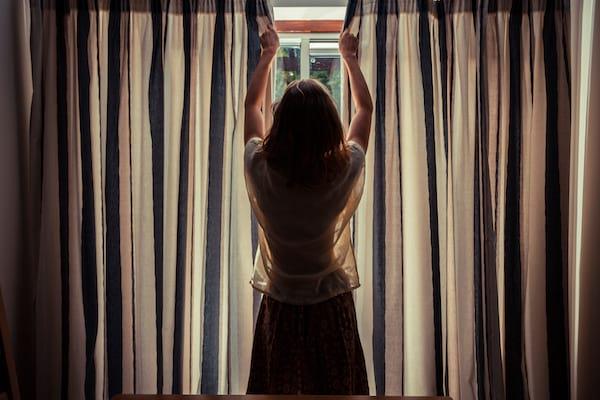 Fermer les rideaux les volets et les rideaux pendant la journée