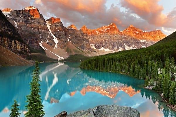 Grand lac et des montagnes au canada avec un glacier