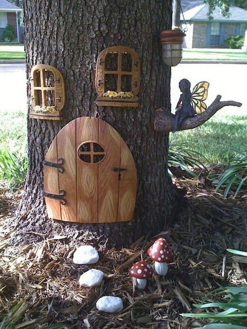 une maison pour les fées dans un tronc d'arbre pour décorer le jardin