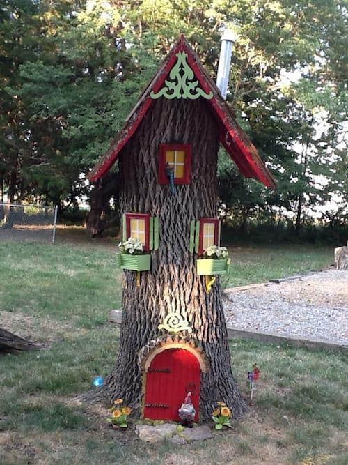 une souche d'arbre transformé en maison de lutin