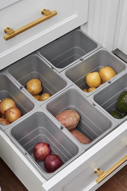 Utilisez des bacs dans un tiroir pour y ranger vos fruits et légumes