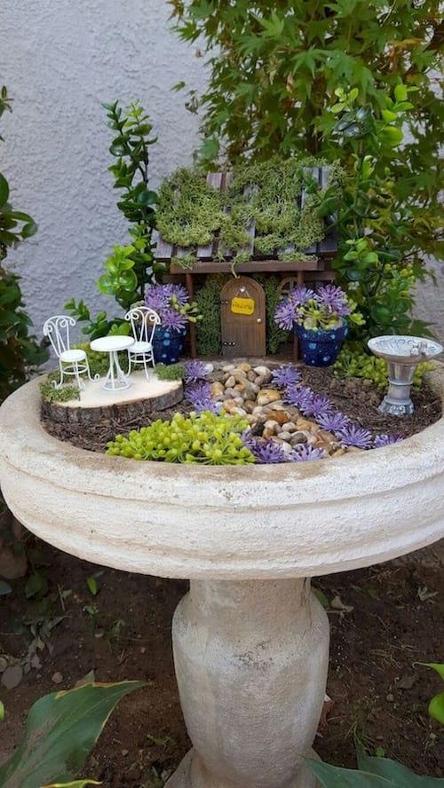 un jardin miniature de décoration dans un bain à oiseaux