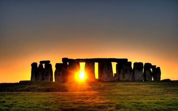 Le mystérieux Stonehenge en Écosse au couché de soleil
