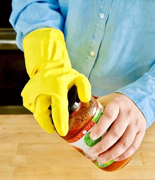 Utilisez des gants de cuisine pour facilement ouvrir un bocal.