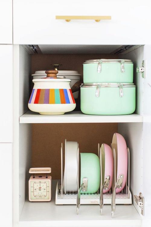 Astuce pour ranger les casseroles et poêles verticalement pour gagner de la place