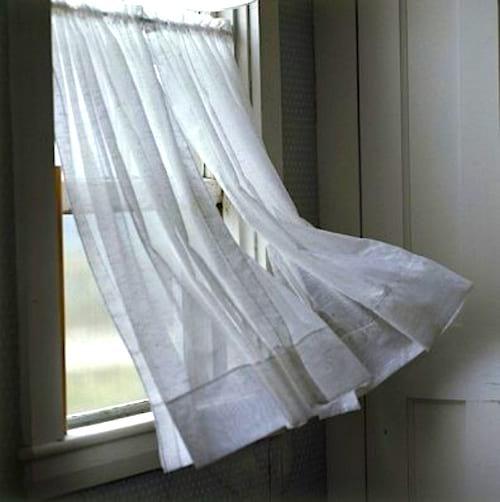 Vous avez trop chaud ? Trempez vos rideaux dans de l'eau pour une sensation rafraîchissante.