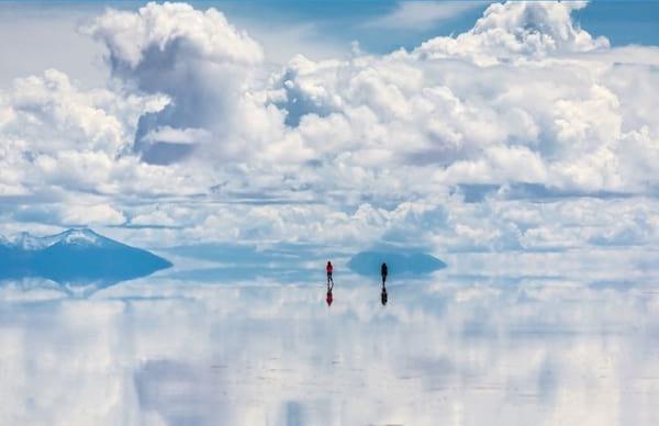 Marcher sur le ciel dans le Salar de Uyuni en Bolivie