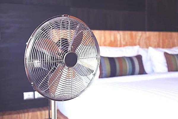 Pour lutter contre la chaleur, faites un courant d'air rafraîchissant avec vos ventilateurs.