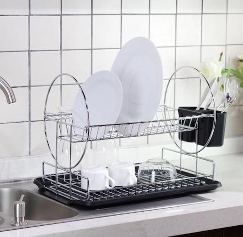 Un égouttoir à vaisselle à deux niveaux noir et acier