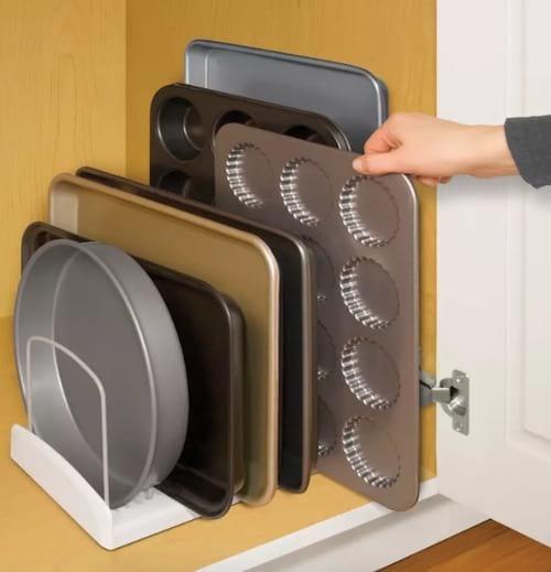 Des séparateurs réglables pour ranger les plaques de cuisson et les moules à muffins