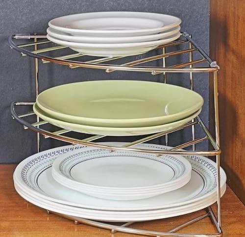 Une étagère d'angle à trois niveaux pour ranger les assiettes
