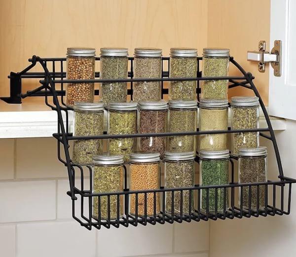 Une étagère à épices en escalier pour ranger les épices et gagner de la place