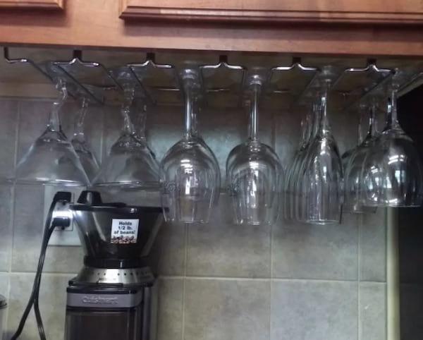 Un porte-verre suspendu pour ranger les verres à pied