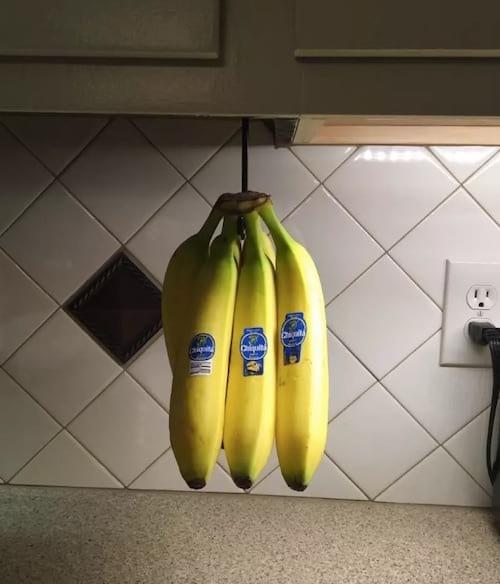 Un crochet installé sous le placard pour y mettre les bananes