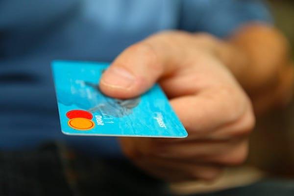 Une super astuce pour économiser de l'argent est de reporter vos achats importants à la fin du mois.