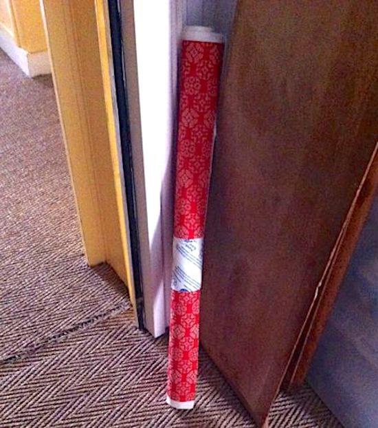 Pour garder vos rouleaux de papier cadeau en place, utilisez un rouleau de papier toilette vide