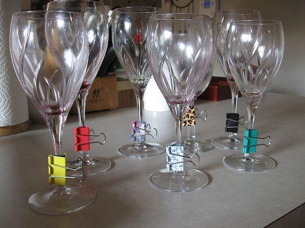 Plusieurs coupes de champagne avec des épingles