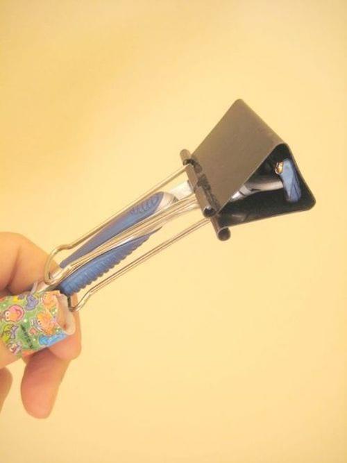 Un rasoir recouvert avec une épingle pour éviter de se couper