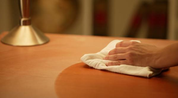 Pour nettoyer la maison plus efficacement, commencez par faire la poussière dans toute votre maison.