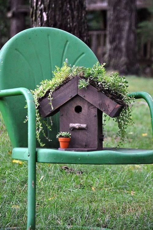 Une maison d'oiseau se trouvant sur une chaise