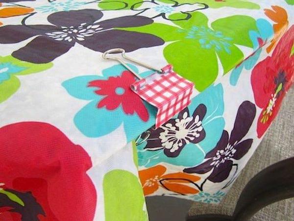 Une nappe de table tenant grâce à une épingle