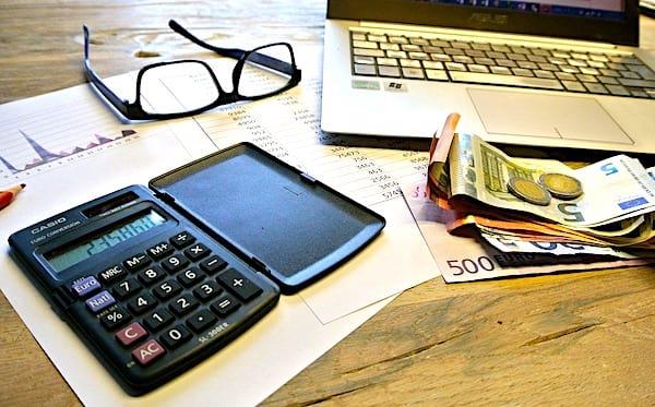 Une super astuce pour économiser de l'argent est de transférer la moitié de votre solde restant vers un autre compte bancaire.
