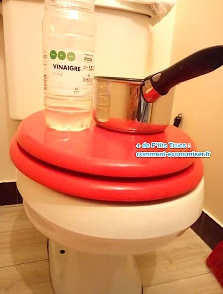 Vinaigre blanc chaud sur la cuvette des toilettes pour la détartrer