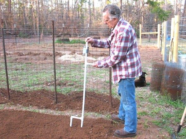 outils pour semer sans se baisser tuyau PVC