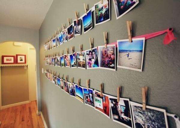 Photos accrochées sur un fil en tissu avec des pinces à linge