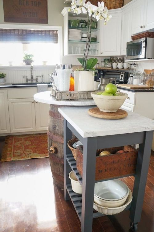 Un appareil sur roulette au milieu d'une cuisine
