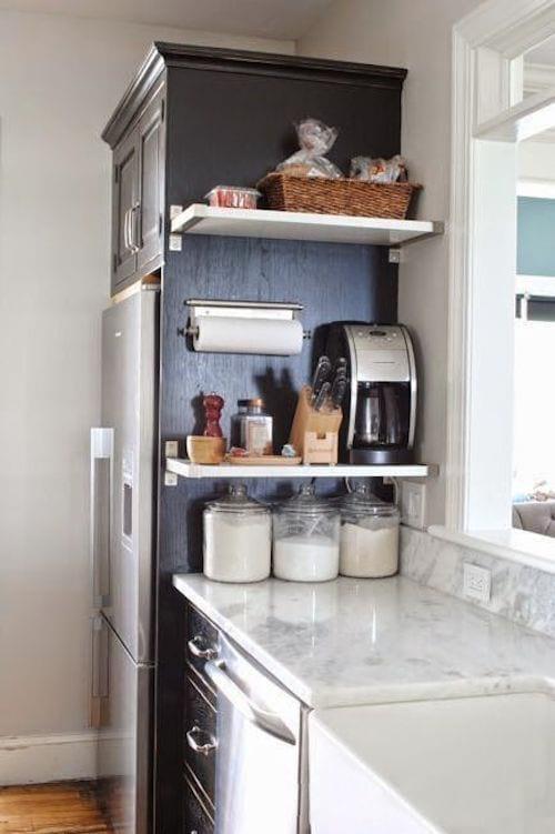 Une cuisine débarrassée et bien rangée grâce à quelques étagères