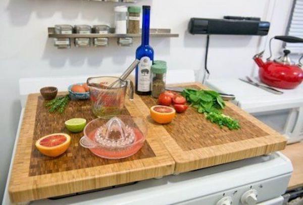 Deux grandes planche en bois avec produits de cuisines sur des plaques de cuisson inutilisée