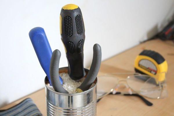 outils dans un pot de riz pour éviter la rouille