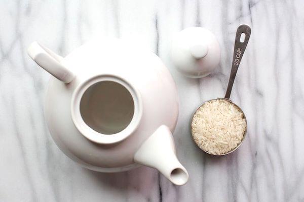 nettoyer une théière avec du riz