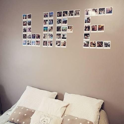 Photos accrochées sur le mur en forme de life