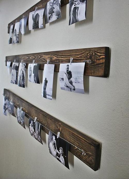 Photos de famille en noir et blanc accrochées une mrceau de bois