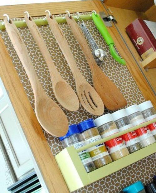 Ustensiles de cuisines en bois accrochés