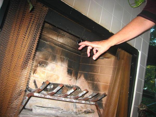 Pour économiser de l'énergie, pensez à fermer le tirage de votre cheminée.