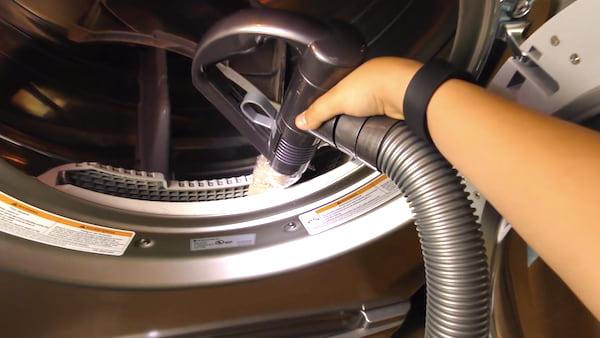 Utilisez un simple rouleau de papier essuie-tout et votre aspirateur pour nettoyer le filtre à résidus du sèche-linge.